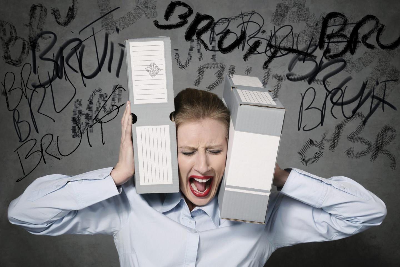 femme excédée par bruit au bureau